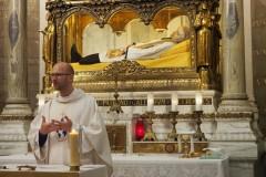 Ars-Basilique-Saint-Sixte-P.-Milan-slúži-sv-omšu-pri-hrobe-sv-Jána-Mriu-Vianney-14_06_2019